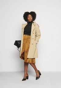 CAPSULE by Simply Be - ANIMAL PRINT WRAP FRONT PLEATED MIDI SKIRT - A-line skirt - tan/black - 1