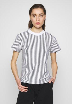 SURRY TEE - T-shirt z nadrukiem - white/navyblue
