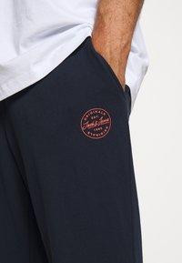 Jack & Jones - JJIGORDON JJSHARK - Teplákové kalhoty - navy blazer - 5