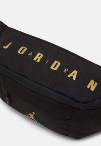 Jordan - AIR CROSSBODY - Ledvinka - black/gold - 3