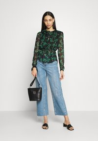 Topshop Tall - ARCH DAISY FLORAL BED - Blouse - green - 1