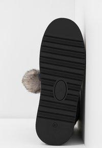 s.Oliver - Kotníkové boty na platformě - grey glitter - 6
