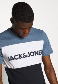 Jack & Jones - JJELOGO BLOCKING TEE - T-shirt con stampa - china blue - 4