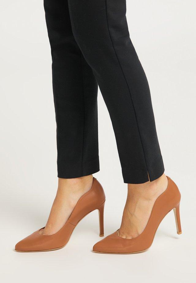 Zapatos altos - cognac
