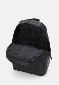 Calvin Klein - ROUND MONO UNISEX - Mochila - black - 2