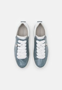 Peter Kaiser - FLORA - Sneakersy niskie - jeans bardy/weiß samoa - 5