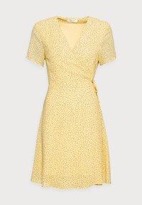 Moss Copenhagen - LINOA RIKKELIE WRAP DRESS - Day dress - banana - 3
