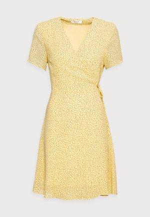 LINOA RIKKELIE WRAP DRESS - Vapaa-ajan mekko - banana