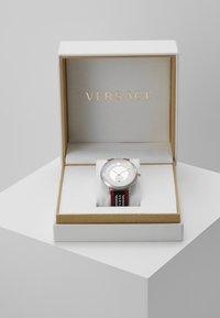 Versace Watches - CIRCLE GRECA EDITION - Zegarek - red - 0