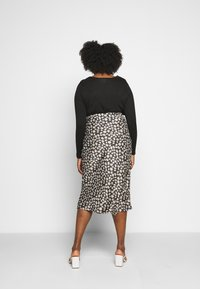 CAPSULE by Simply Be - FLORAL PRINT SKIRT - Falda de tubo - black/white - 2