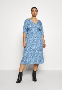 Cotton On Curve - CURVE WOVEN PUFF SLEEVE MIDI DRESS - Sukienka koszulowa - daisy parisian blue - 0
