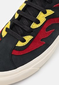 Vans - BOLD UNISEX - Trainers - black/red - 5
