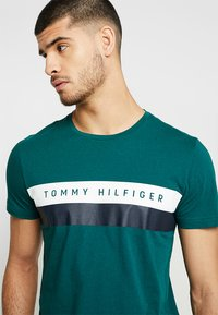 Tommy Hilfiger - LOGO BAND TEE - T-shirt con stampa - green - 4
