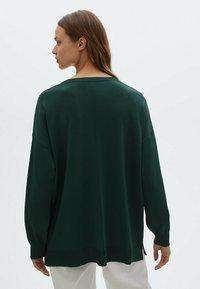 Massimo Dutti - MIT RUNDAUSSCHNITT UND ZIERNAHT IN DER MITTE - Sweatshirt - green - 1