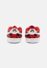 Nike Sportswear - FORCE 1 CRIB - Babyschoenen - red/white/black - 2