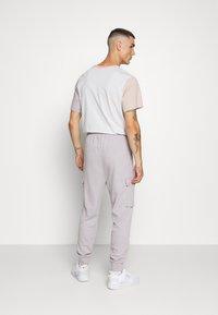 Nike Sportswear - PANT CARGO - Träningsbyxor - silver lilac - 2