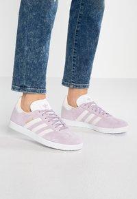 adidas Originals - GAZELLE - Sneakers laag - soft vision/orchid tint/ecru tint - 0