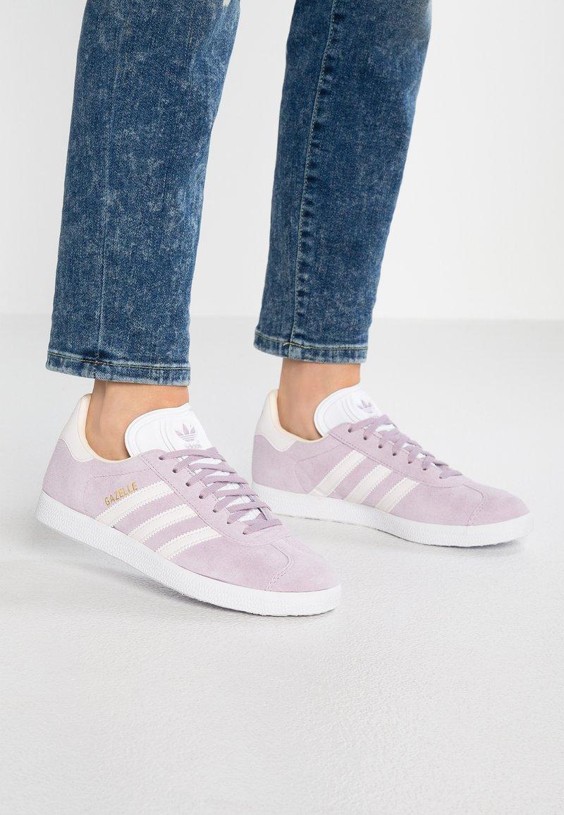adidas Originals - GAZELLE - Sneakers laag - soft vision/orchid tint/ecru tint