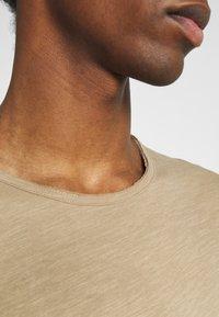 Selected Homme - SLHMORGAN O-NECK TEE - T-shirt basique - petrified oak - 5