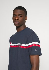 Tommy Jeans - STRIPE MOUNTAIN TEE UNISEX - Print T-shirt - twilight navy - 4