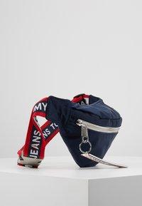 Tommy Jeans - LOGO TAPE BUMBAG  - Bæltetasker - blue - 3