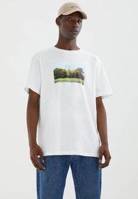 PULL&BEAR - Printtipaita - white - 0