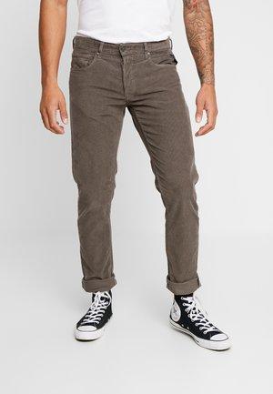 GROVER - Trousers - dark mud