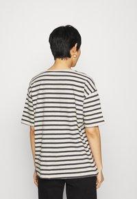 Lounge Nine - KYA  - Print T-shirt - navy/oat - 2