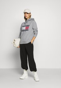 Tommy Hilfiger - REGULAR FLAG HOODIE  - Sweat à capuche - light grey heather - 1