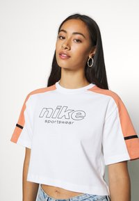Nike Sportswear - ARCHIVE - T-Shirt print - white/healing orange - 0