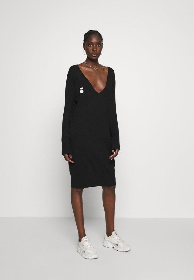 V-NECK DRESS - Abito in maglia - black
