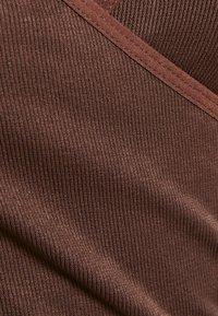 BDG Urban Outfitters - SEAMLESS BALET WRAP - Topper langermet - choc - 2