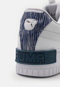 Puma - CALI SPORT FIREWORKS JR - Matalavartiset tennarit - white/elektro blue - 5