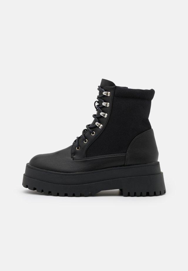 CHUNKY BOOTS - Enkellaarsjes met plateauzool - black