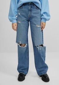 Bershka - MIT SCHLAGHOSE UND RISSEN - Jeans relaxed fit - dark blue - 0