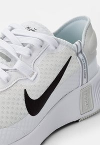 Nike Sportswear - NIKE REPOSTO - Sneakers basse - white/black-platinum tint-mtlc silver-gum light brown - 5