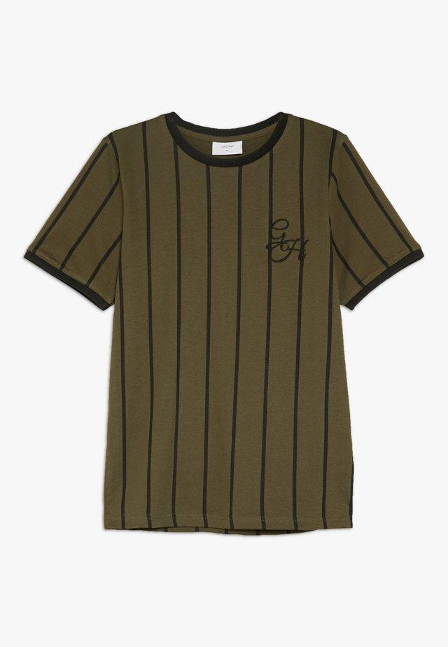 NIKOLAJ TEE - T-shirt z nadrukiem - army green