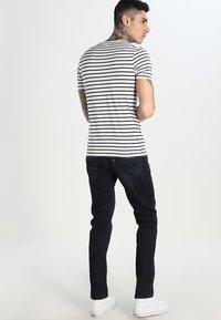 Levi's® - SLIM FIT 2 PACK  - Camiseta básica - dark blue - 2