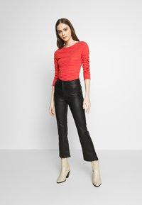 Vero Moda - VMGERI BOATNECK - Camiseta de manga larga - high risk red - 1