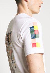 Nike Performance - DRY TEE SAVAGE - Camiseta estampada - white - 4