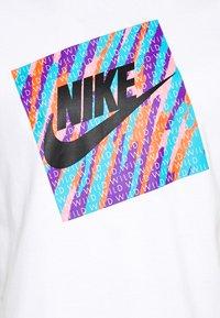 Nike Sportswear - TEE WILD - T-shirt con stampa - white - 5