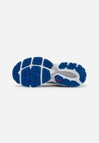 Mizuno - WAVE INSPIRE 16 - Stabilní běžecké boty - frost gray/cloud/princes - 4