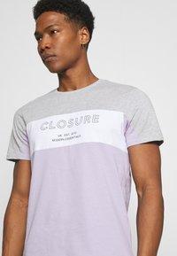 CLOSURE London - PANELLED LOGO BLOCK TEE - T-shirt med print - grey/violett - 3