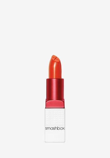 BE LEGENDARY PRIME & PLUSH LIPSTICK - Lipstick - 28 super bloom