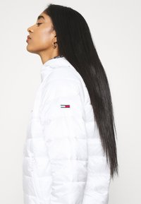 Tommy Jeans - TJW QUILTED TAPE HOODED JACKET - Jas - white - 3