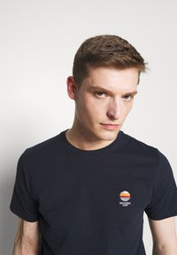 Selected Homme - SLHFATE CAMP O NECK TEE - T-shirt con stampa - sky captain - 3