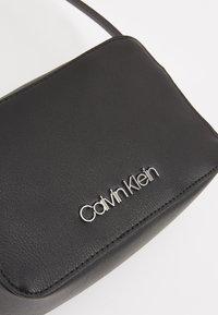 Calvin Klein - MUST CAMERABAG - Sac bandoulière - black - 6