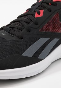 Reebok - RUNNER 4.0 - Obuwie do biegania treningowe - black/true grey/exclusiv red - 5
