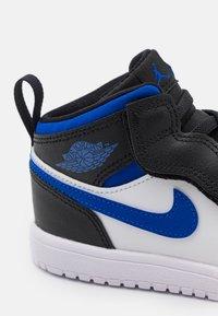 Jordan - 1 MID UNISEX - Obuwie do koszykówki - white/racer blue/black - 5