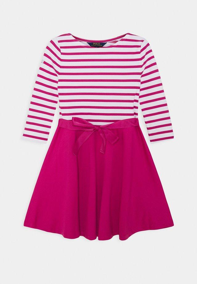 STRIPE SOLID DRESSES - Žerzejové šaty - college pink/white